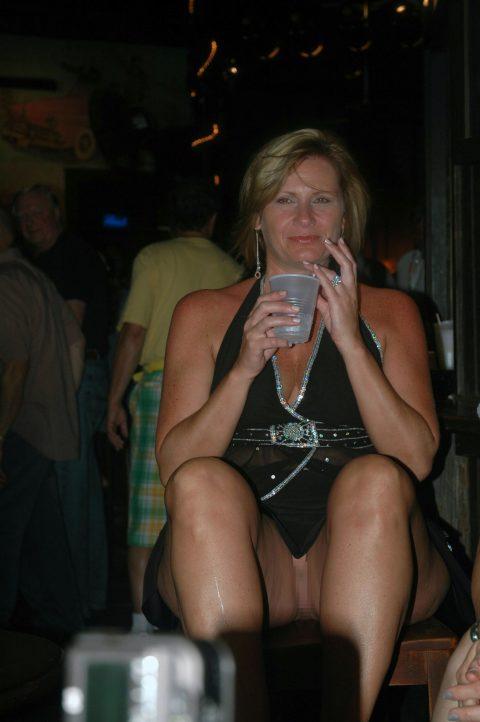【街撮り】ノーパンのくせにこの格好で座ってるとか頭おかしいだろwwwwwwwwwww(画像あり)・23枚目