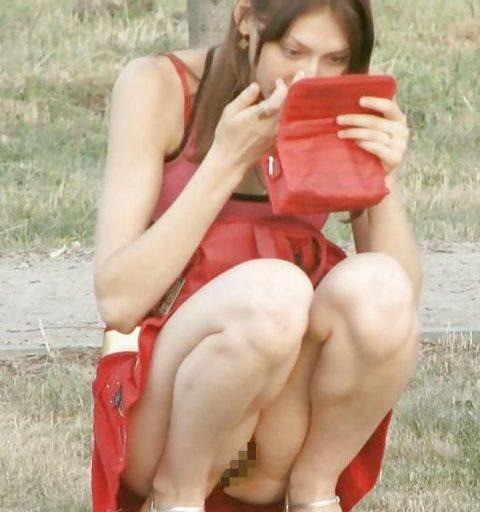 【街撮り】ノーパンのくせにこの格好で座ってるとか頭おかしいだろwwwwwwwwwww(画像あり)・25枚目