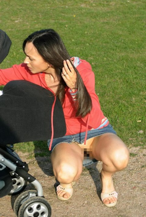 【街撮り】ノーパンのくせにこの格好で座ってるとか頭おかしいだろwwwwwwwwwww(画像あり)・27枚目