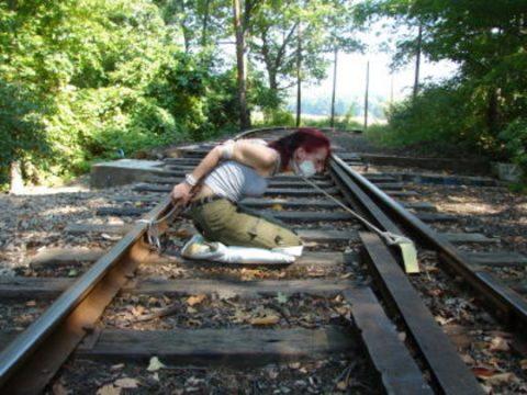 【限界放置プレイ】線路上に緊縛された状態で放置されてる女たちのエロ画像集(37枚)・5枚目