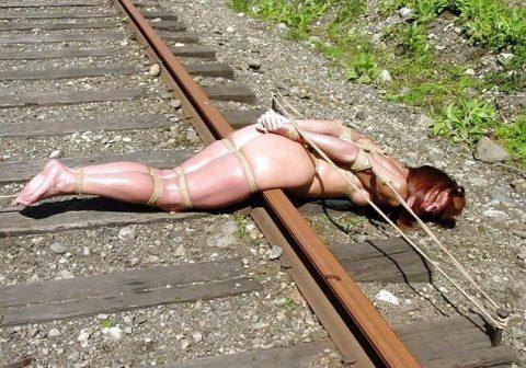 【限界放置プレイ】線路上に緊縛された状態で放置されてる女たちのエロ画像集(37枚)・6枚目