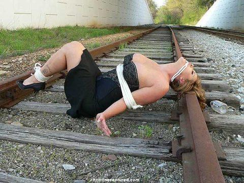 【限界放置プレイ】線路上に緊縛された状態で放置されてる女たちのエロ画像集(37枚)・8枚目