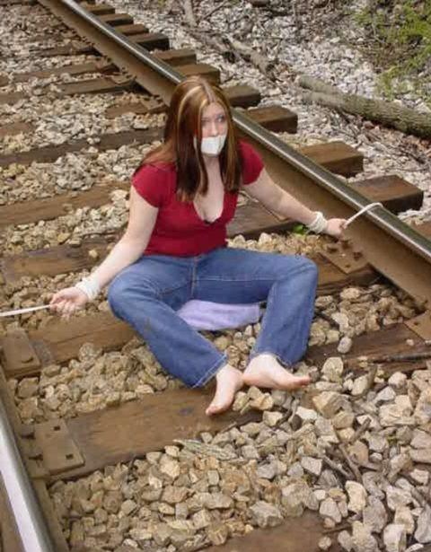 【限界放置プレイ】線路上に緊縛された状態で放置されてる女たちのエロ画像集(37枚)・9枚目