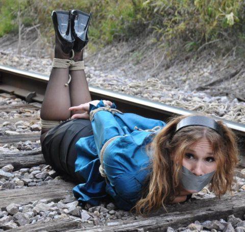 【限界放置プレイ】線路上に緊縛された状態で放置されてる女たちのエロ画像集(37枚)・10枚目