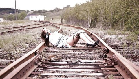 【限界放置プレイ】線路上に緊縛された状態で放置されてる女たちのエロ画像集(37枚)・11枚目