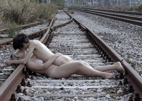 【限界放置プレイ】線路上に緊縛された状態で放置されてる女たちのエロ画像集(37枚)・17枚目