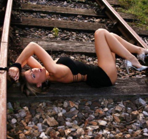 【限界放置プレイ】線路上に緊縛された状態で放置されてる女たちのエロ画像集(37枚)・23枚目