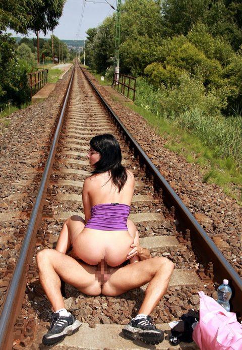 【限界放置プレイ】線路上に緊縛された状態で放置されてる女たちのエロ画像集(37枚)・24枚目