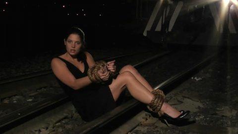 【限界放置プレイ】線路上に緊縛された状態で放置されてる女たちのエロ画像集(37枚)・27枚目