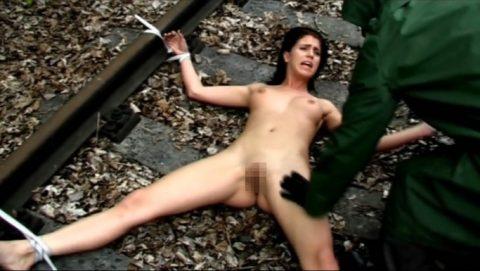【限界放置プレイ】線路上に緊縛された状態で放置されてる女たちのエロ画像集(37枚)・30枚目