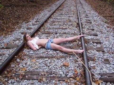 【限界放置プレイ】線路上に緊縛された状態で放置されてる女たちのエロ画像集(37枚)・31枚目
