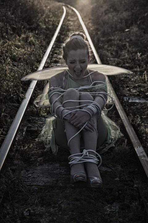 【限界放置プレイ】線路上に緊縛された状態で放置されてる女たちのエロ画像集(37枚)・32枚目