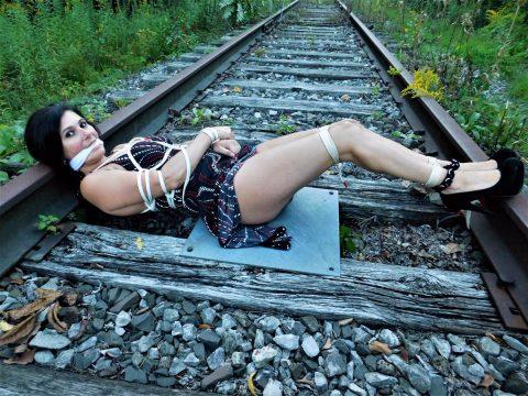 【限界放置プレイ】線路上に緊縛された状態で放置されてる女たちのエロ画像集(37枚)・34枚目