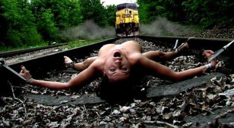 【限界放置プレイ】線路上に緊縛された状態で放置されてる女たちのエロ画像集(37枚)・35枚目