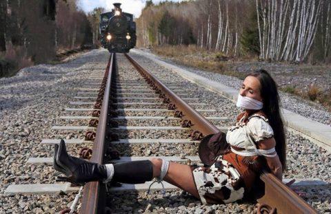 【限界放置プレイ】線路上に緊縛された状態で放置されてる女たちのエロ画像集(37枚)・37枚目