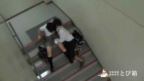 【カップル盗撮】高校生カップルさん、ハメる場所がなく学校の非常階段でイチャラブセックスするも晒されて人生終了・・・・・4枚目