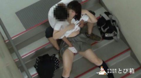 【カップル盗撮】高校生カップルさん、ハメる場所がなく学校の非常階段でイチャラブセックスするも晒されて人生終了・・・・・6枚目