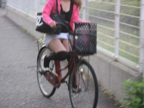 【パンチラ盗撮】街中で撮られてしまった女子たちのパンティをご覧くださいwwww・65枚目