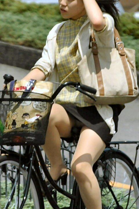 【パンチラ盗撮】街中で撮られてしまった女子たちのパンティをご覧くださいwwww・69枚目