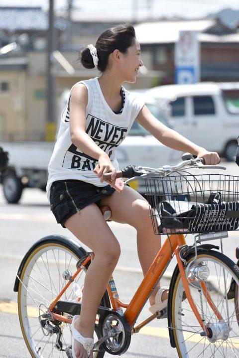 【パンチラ盗撮】街中で撮られてしまった女子たちのパンティをご覧くださいwwww・71枚目