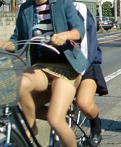 【パンチラ盗撮】街中で撮られてしまった女子たちのパンティをご覧くださいwwww・81枚目