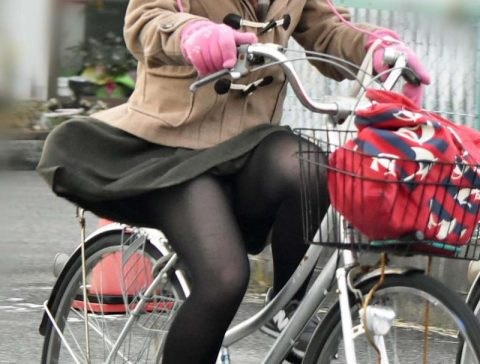 【パンチラ盗撮】街中で撮られてしまった女子たちのパンティをご覧くださいwwww・82枚目