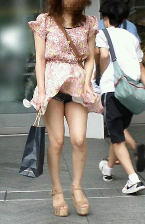 【パンチラ盗撮】街中で撮られてしまった女子たちのパンティをご覧くださいwwww・3枚目