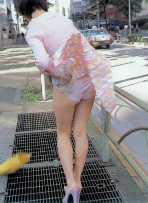 【パンチラ盗撮】街中で撮られてしまった女子たちのパンティをご覧くださいwwww・6枚目