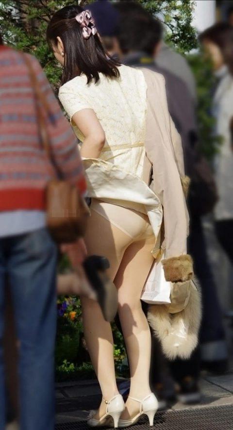 【パンチラ盗撮】街中で撮られてしまった女子たちのパンティをご覧くださいwwww・12枚目