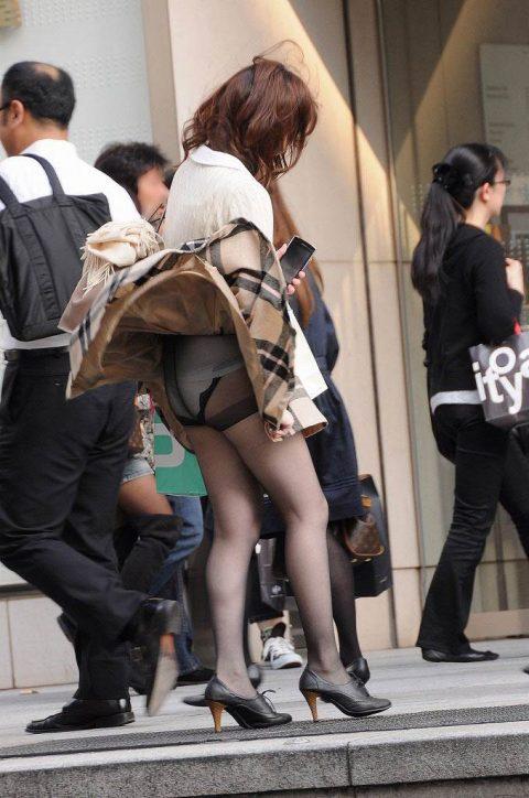 【パンチラ盗撮】街中で撮られてしまった女子たちのパンティをご覧くださいwwww・23枚目