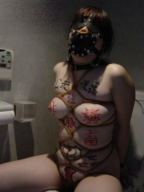 【肉便器 エロ】カメラ向けられコレする女。便器確定ですwwwwww・52枚目