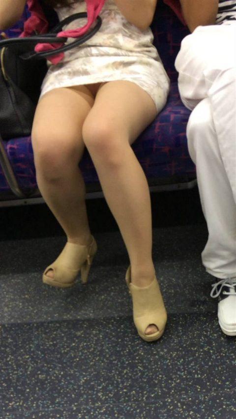 【パンチラ盗撮】街中で撮られてしまった女子たちのパンティをご覧くださいwwww・29枚目