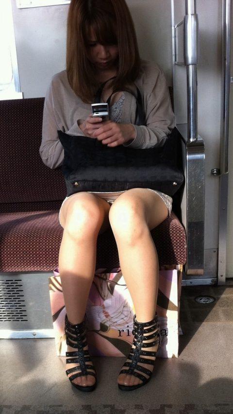 【パンチラ盗撮】街中で撮られてしまった女子たちのパンティをご覧くださいwwww・31枚目