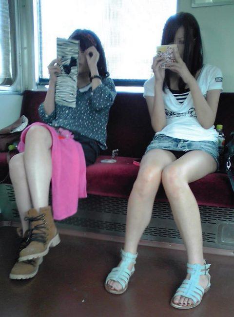 【パンチラ盗撮】街中で撮られてしまった女子たちのパンティをご覧くださいwwww・33枚目
