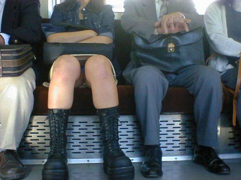 【パンチラ盗撮】街中で撮られてしまった女子たちのパンティをご覧くださいwwww・34枚目