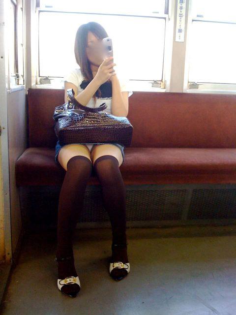 【パンチラ盗撮】街中で撮られてしまった女子たちのパンティをご覧くださいwwww・39枚目