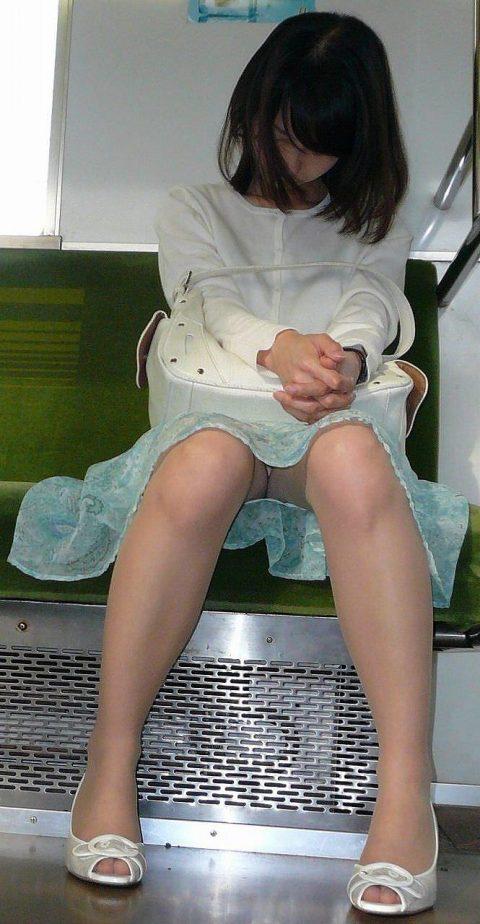 【パンチラ盗撮】街中で撮られてしまった女子たちのパンティをご覧くださいwwww・56枚目