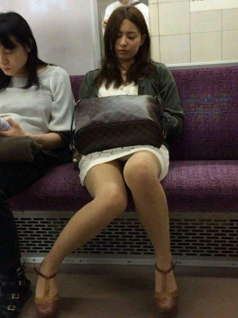 【パンチラ盗撮】街中で撮られてしまった女子たちのパンティをご覧くださいwwww・57枚目